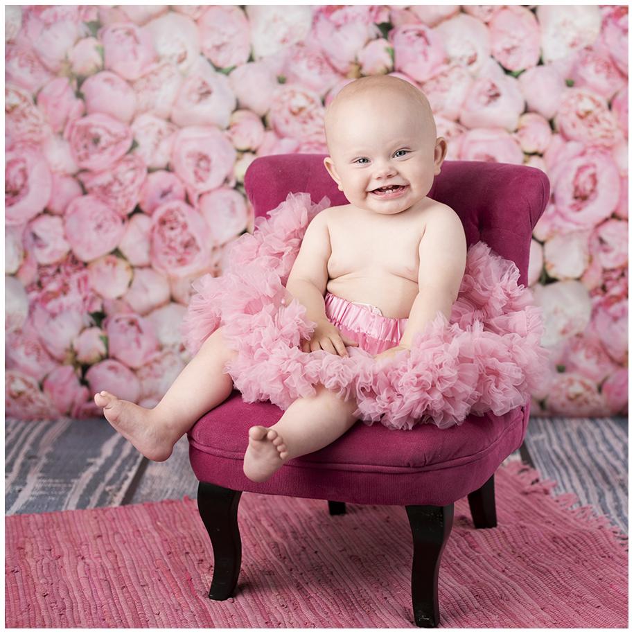 1 årig flicka, rosa fåtölj, rosa blommor, tutu Foto: Bergman Hughes Images